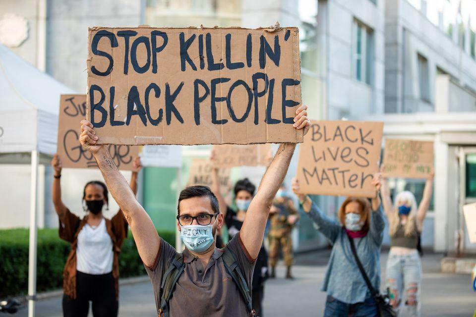 Διαδηλωτές στο Μιλάνο με πινακίδες και μάσκες διαμαρτύρονται για τον θάνατο του Τζόρτζ Φλόιντ από αστυνομικούς στις Ηνωμένες Πολιτείες.