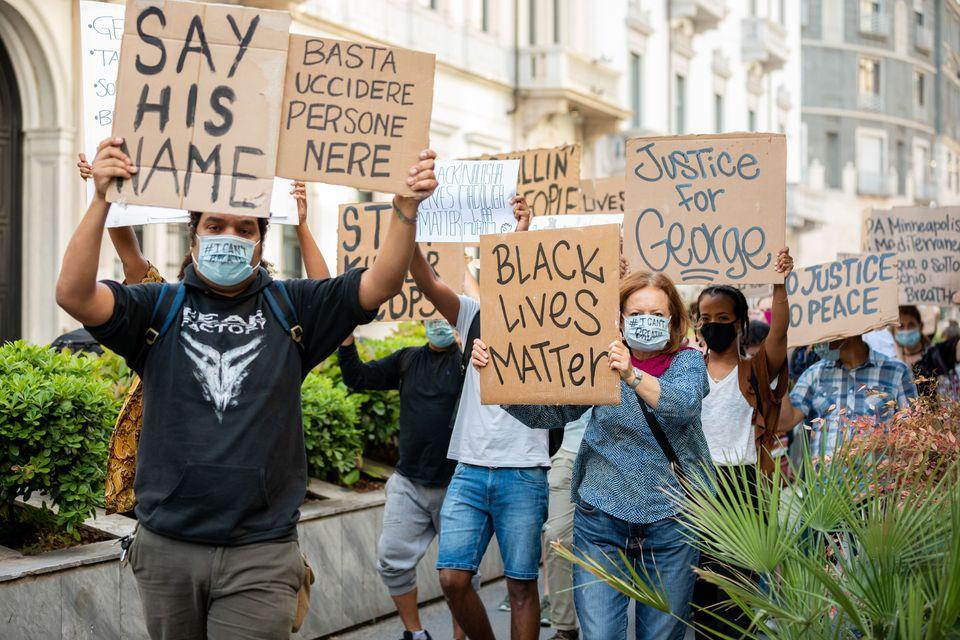 Διαμαρτυρία στο Μιλάνο με πινακίδες και μάσκες για την δολοφονία του Τζόρτζ Φλόιντ από αστυνομικούς στην Μινεάπολη των Ηνωμένων Πολιτειών.