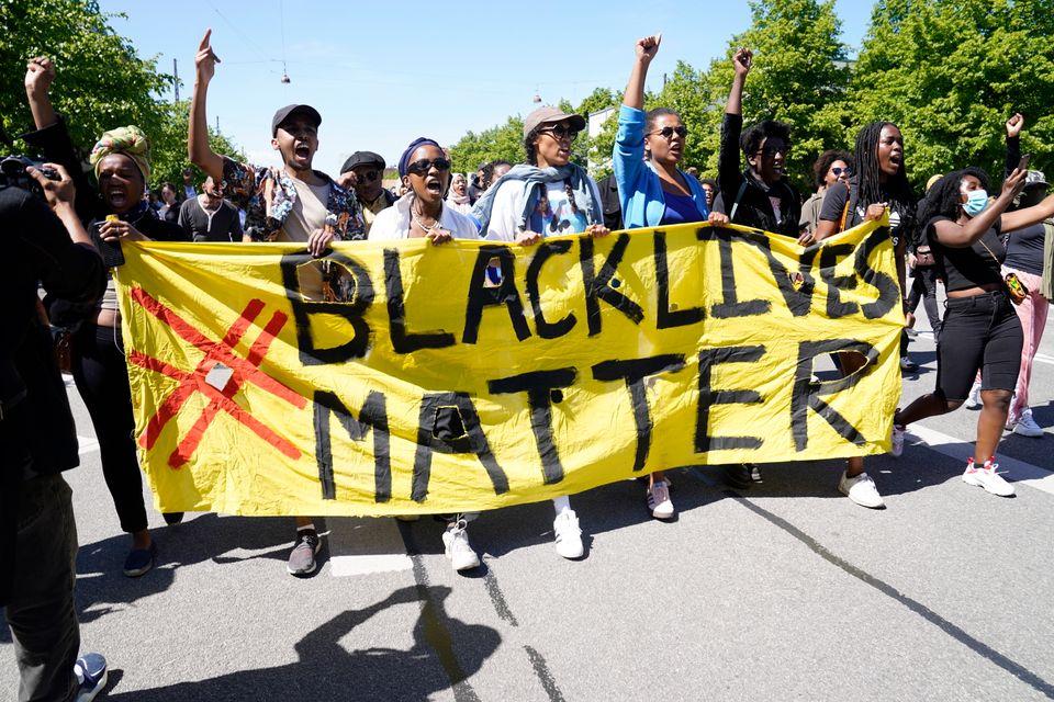 Διαδηλωτές στην Κοπεγχάγη ως ένδειξη διαμαρτυρίας για την δολοφονία του Τζορτζ Φλόιντ από αστυνομικούς της Μινεάπολης στις Ηνωμένες Πολιτείες.
