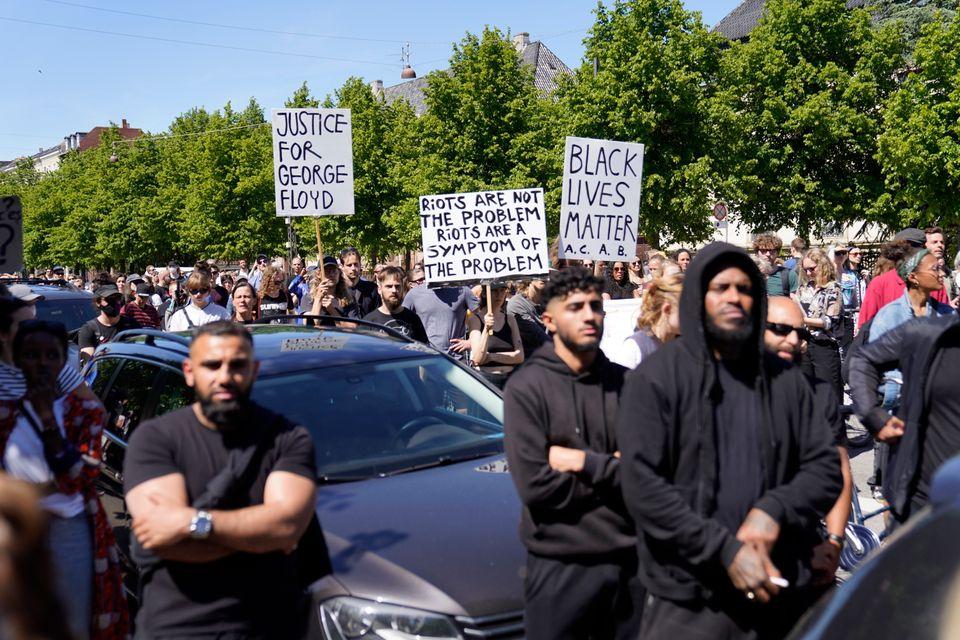 Διαδηλωτές στην Κοπεγχάγη για την δολοφονία του Τζορτζ Φλόιντ από αστυνομικούς της Μινεάπολης στις Ηνωμένες Πολιτείες.
