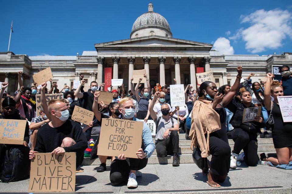 Διαμαρτυρίες στην πλατεία Τραφάλγκαρ στο Λονδίνο για την δολοφονία του Τζόρτζ Φλόιντ στην Μινεάπολης.