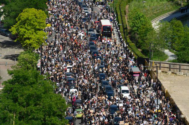 Des manifestants bloquant la route non loin de l'ambassade des États-Unis à Londres, le...
