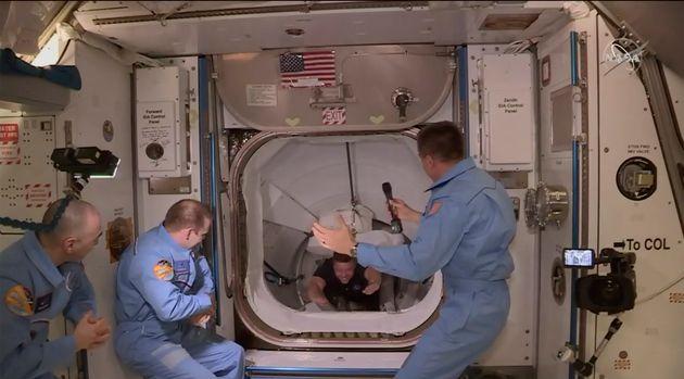 스페이스 X의 우주선 조종사들이 국제우주정거장으로 들어오고