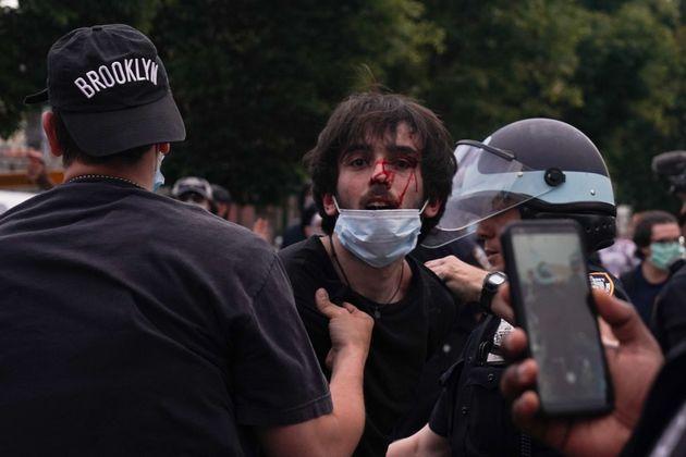 뉴욕경찰이 한 시위자를 체포하고 있다. 뉴욕, 미국. 2020년