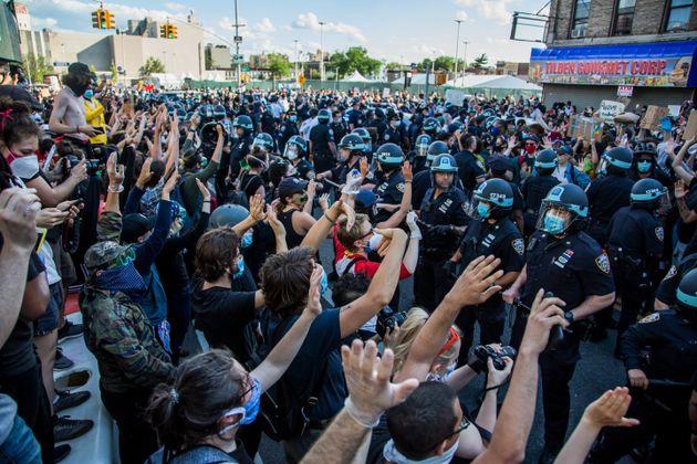 미국 미네소타주 미니애폴리스 경찰관에 의해 흑인 용의자 조지 플로이드가 사망한 사건에 항의하는 시위가 미국 전역에서 이어지고 있다. 사진은 뉴욕 브루클린에서 경찰과 대치하고 있는 시위대의...