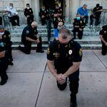 미국 경찰들이 조지 플로이드 사망 시위에서 무릎을 꿇은