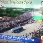 À Minneapolis, un camion force le passage parmi des milliers de