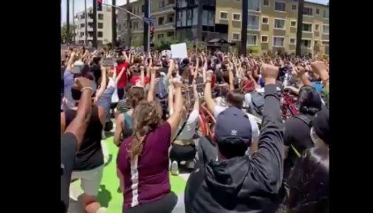 ダンスや音楽、チャント…私たちは平和に抗議する。黒人暴行死に力強く声をあげる人々(動画)
