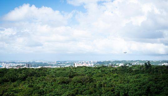 米軍落下物事故から考える沖縄。「なんでおそらからおちてくるの?」