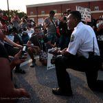 ジョージ・フロイドさん暴行死、警察官も抗議活動に団結を示す。片膝をつき、デモに参加「一緒に歩こう」