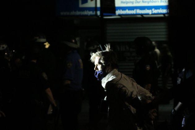 뉴욕 시위 현장을 취재하던 허프포스트 선임기자 크리스 마티아스가 경찰에 체포되고 있다. 그는 목에 취재증을 패용하고