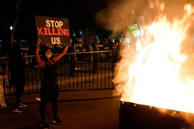 Durante protesto, contêiner de lixo é incendiado próximo à Casa