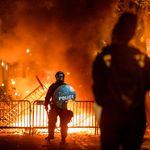 Em meio a protestos, prédios são incendiados perto da Casa