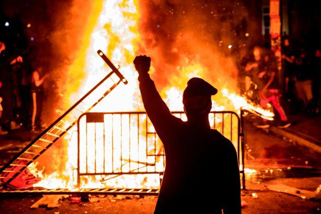 """Il coprifuoco non argina le proteste, Trump twitta: """"Legge e"""