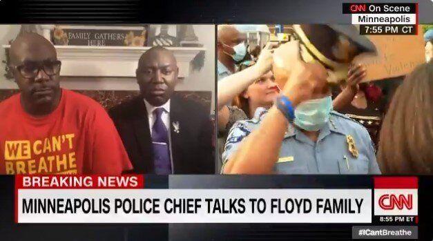 Capo della polizia di Minneapolis si toglie il cappello dava