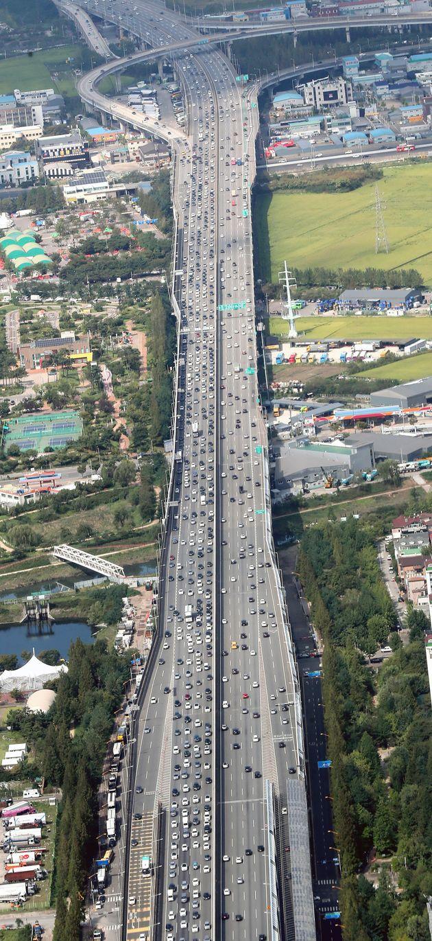 추석연휴 마지막날인 15일 경기도 부천시 서울외곽순환고속도로 중동 분기점 인근 차량들이 정체를 빚고