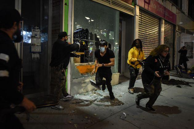미국에서 흑인 남성 조지 플로이드가 경찰의 과잉진압으로 숨진 이후 시작된 시위에서 뉴욕의 한 상점이 습격당한