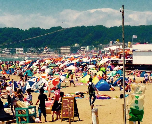 毎年、夏の海水浴シーズンには賑わいをみせていた由比ヶ浜の海水浴場(Facebookより)