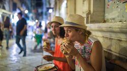 Politico: Η Ελλάδα είναι έτοιμη να τους υποδεχτεί, αλλά οι τουρίστες θα της κάνουν την