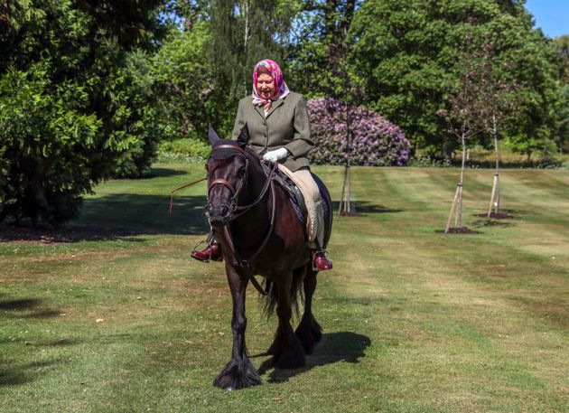 Le prime foto della regina a cavallo a