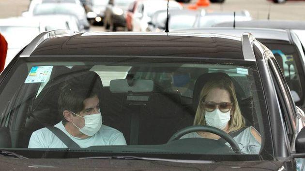 Individuos viajando en coche con