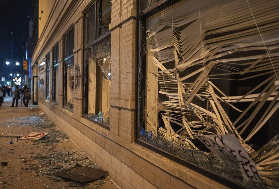 Οι ταραχές επισκίασαν τις ειρηνικές διαδηλώσεις για άλλη μια νύχτα στις