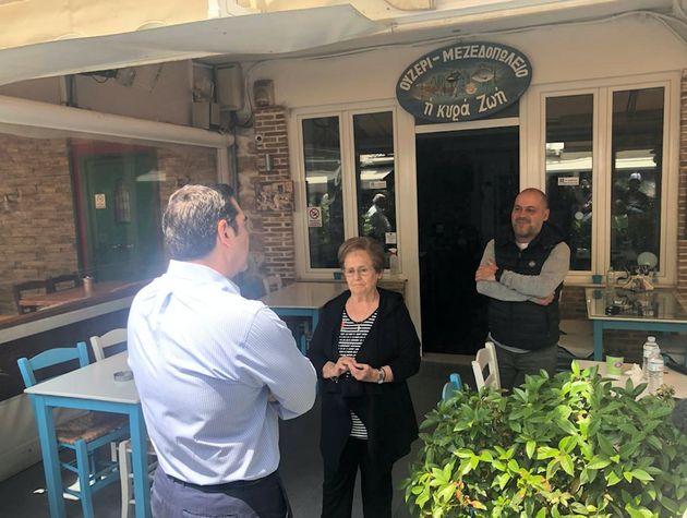 Στην Καισαριανή ο Τσιπρας - Συζητήσεις με καταστηματάρχες και εργαζόμενους στην