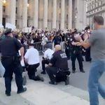 À New York, des policiers s'agenouillent avec les