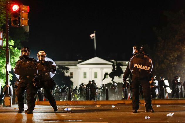 Policiais fazem a segurança nas proximidades da Casa Branca, em