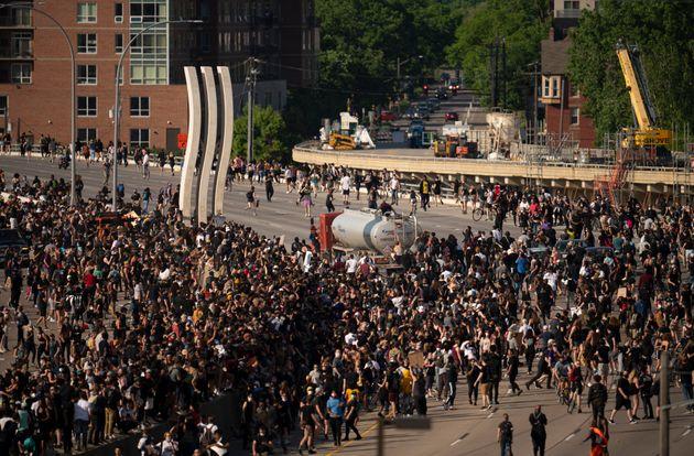 Un camion force le passage parmi des manifestants à