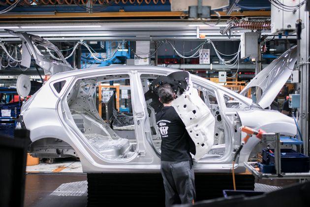 Un mecánico ensambla piezas de un Ford