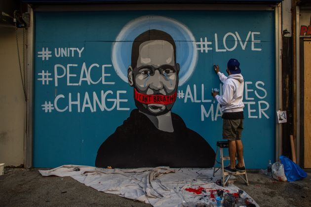 L'artiste Celos rend hommage à George Floyd sur les murs de Los Angeles, le 30 mai