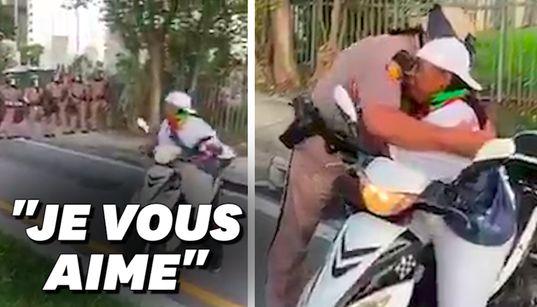 En Floride, cette mère appelle les policiers à la non-violence, un agent la serre dans ses