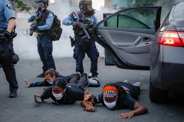 La Policía encañona a manifestantes tirados en el suelo durante una protesta en