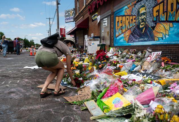フロイドさんが亡くなった場所にはたくさんの花が捧げられた