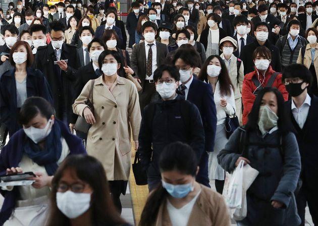 緊急事態宣言発令から2週間だが、大勢の人たちが通勤していた=4月22日午前の品川駅