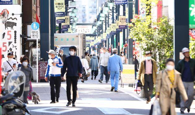 緊急事態宣言中、人通りもまばらだった戸越銀座商店街=4月10日、東京都品川区