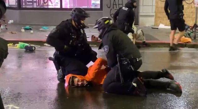 미국 워싱턴주 시애틀에서 한 경찰이 시위대를 체포하는