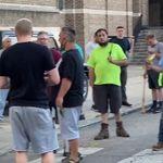 필라델피아에서 방망이를 든 백인 남성들이