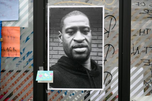 ミネアポリスの事件現場の近くでは、ジョージ・フロイドさんの写真が掲げられている。