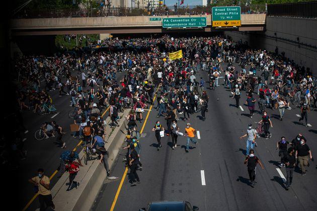 시위대는 한 때 고속도로를 점거하기도 했다. 경찰은 최루가스와 고무탄을 동원해 해산을 시도했다.필라델피아, 펜실베이니아주. 2020년