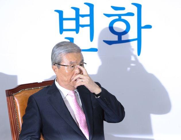 김종인 미래통합당 비상대책위원장이 2일 오후 서울 여의도 국회에서 강기정 청와대 정무수석을 기다리며 안경을 고쳐쓰고 있다.