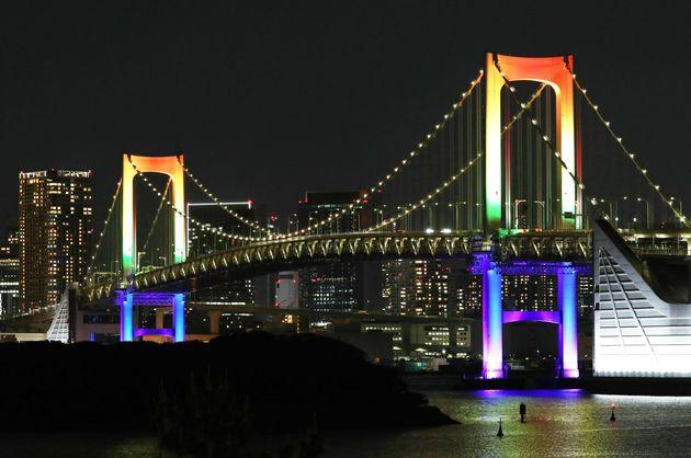 レインボーブリッジ。「東京アラート」発令の場合は赤に点灯する。