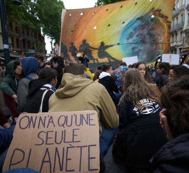 Des lycéens et étudiants, à la suite de Greta Thunberg, participent à une marche pour le climat afin...