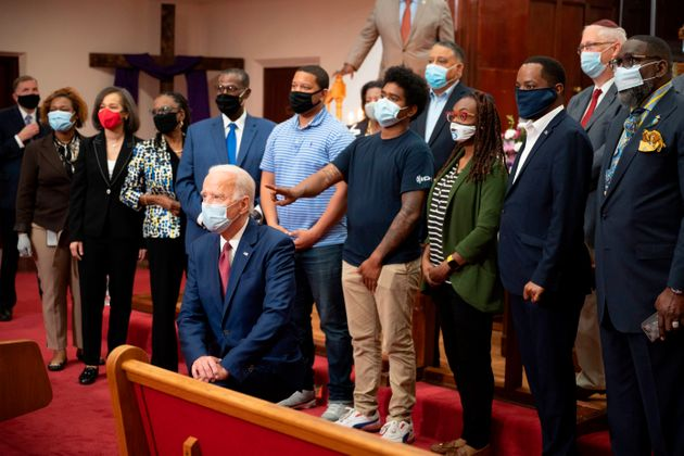 Joe Biden, genou à terre, dans une église deWilmington, dans le Delaware, le 1er