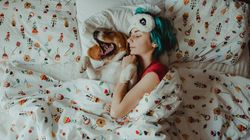 Τα οφέλη που έχει ο ύπνος του σκύλου στο κρεβάτι μαζί