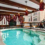Étrange manoir à vendre avec télé dans la piscine au