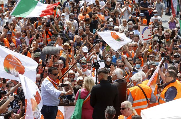 """""""Popolo, ribellati!"""": la rivolta dei Gilet arancioni in piazza a Roma"""
