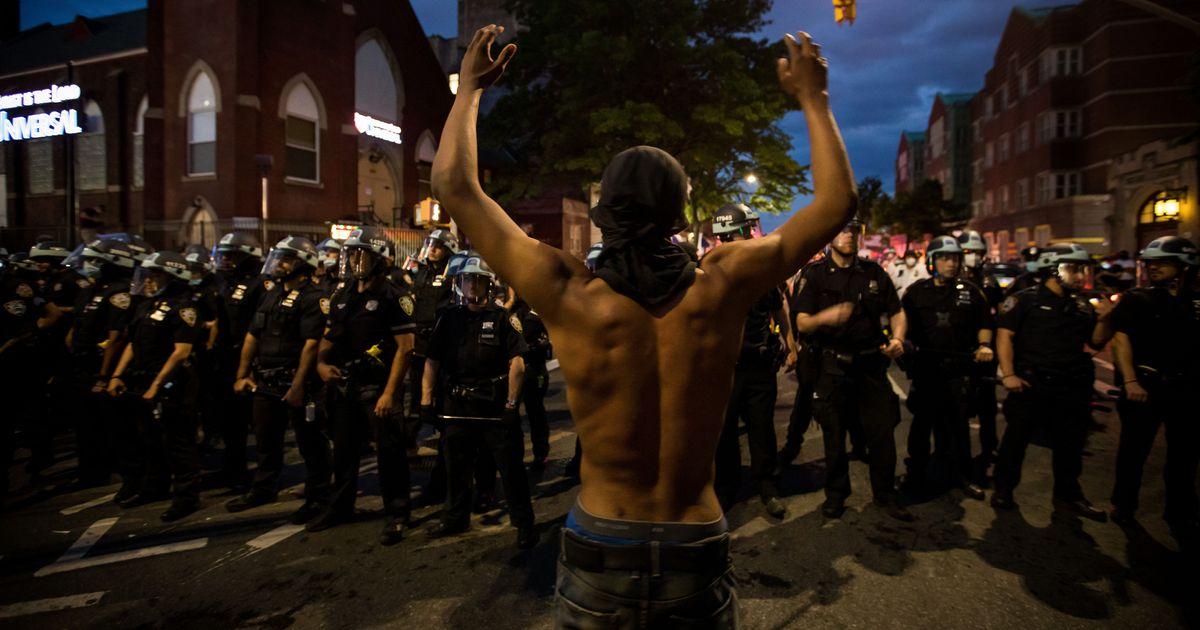 """Los neoyorquinos dijeron """"F ** k The Police"""", por lo que la policía se amotinó"""