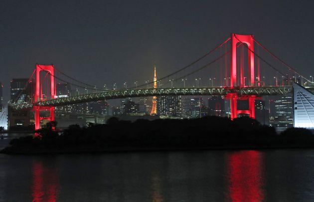 「東京アラート」が初めて発動され、赤くライトアップされたレインボーブリッジ=6月2日午後、東京都港区